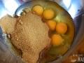 Batir azúcar y huevos