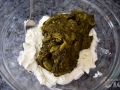 Mezclar queso y espinacas cocidas