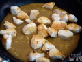 Cocer el pollo en la salsa