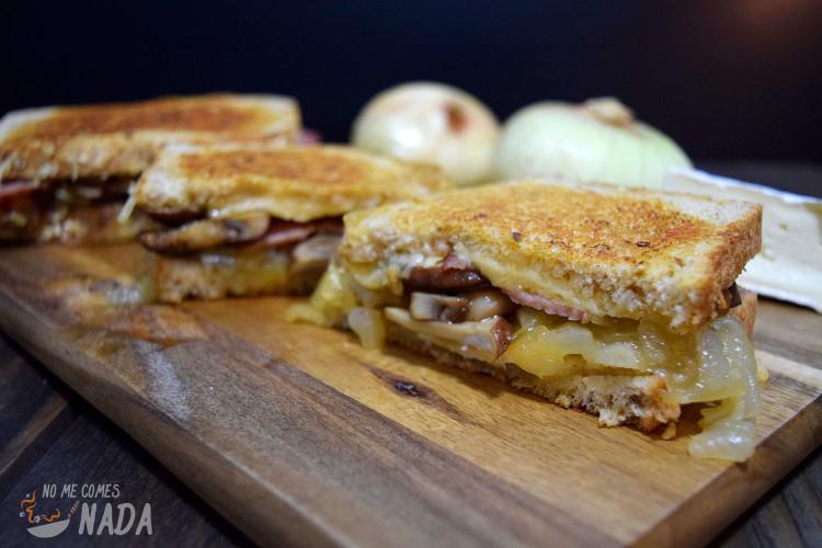 Sándwich-de-cebolla-caramelizada-setas-y-queso-brie