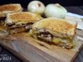 Sándwich de cebolla caramelizada, setas y queso brie