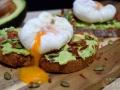 Tostas de aguacate con huevo poché